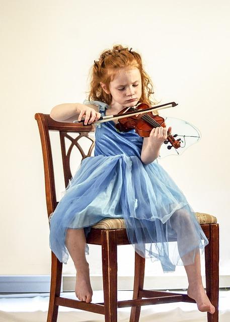 enfant joue au violon